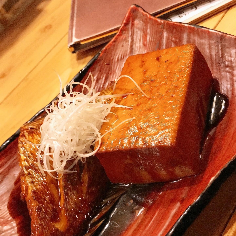 皆さまごきげんようw 今日はですね。長崎産の天然真鯛が安く手に入ったので、煮付けにしてお出ししたいと思います。鯱家ではいつも人気あります。 写真は豆腐が大きくなってしまいましたが、(僕のミス照)ちゃんとサイズも鮮度もバッチリな真鯛です。 こっくり仕上げますw ひやおろしの日本酒とご一緒にいかがでしょうか。 #出身! #←店長